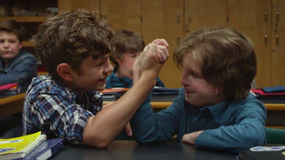 Scene uit de film Wonder: August speelt met vriendje in de klas