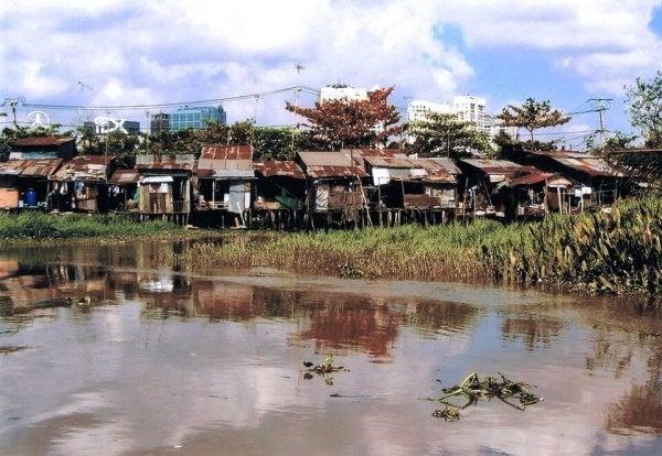 Sloppenwijk met huizen met gebroken ruiten, vanwege de broken windows theory