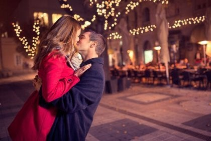 Stel geeft elkaar een kus