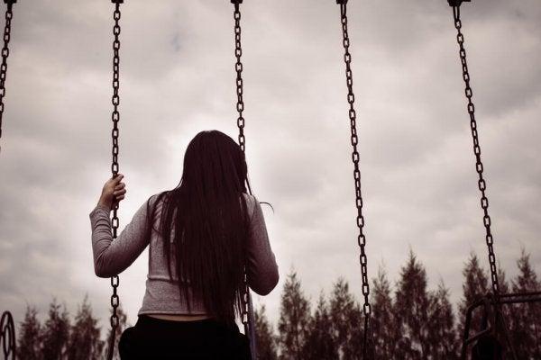 Eenzaam meisje op een schommel