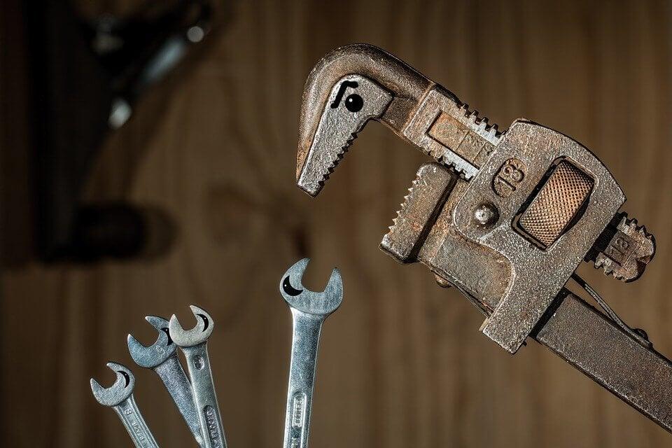 Een tang die sociale macht heeft over kleinere sleutels