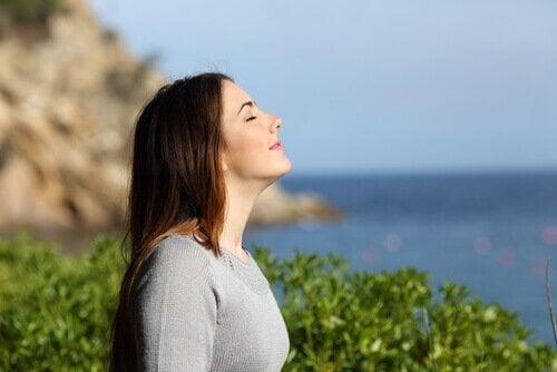 Vrouw in de natuur zorgt voor haar welzijn