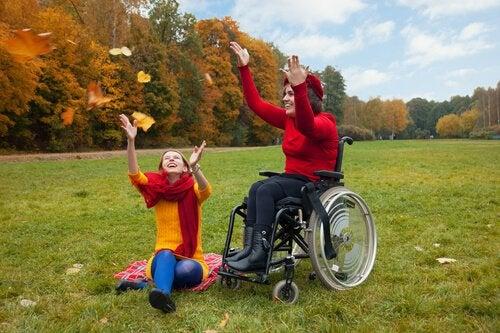 Vrouw in rolstoel maakt lol met vriendin: functionele diversiteit