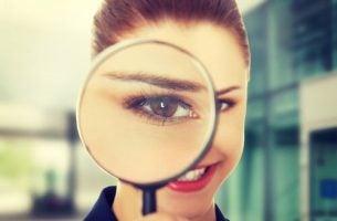 Vrouw die weet: nieuwsgierig zijn is de sleutel tot ontwikkeling