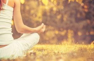 Acht mythes over mindfulness: vrouw aan het mediteren in de natuur