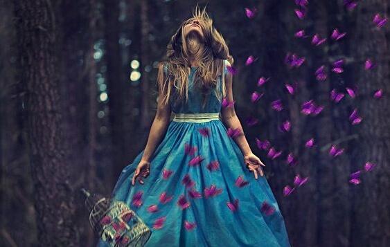 Vrouw die tussen de paarse vlinder staat, maar zelfs dan kan het zijn dat we het niet voelen
