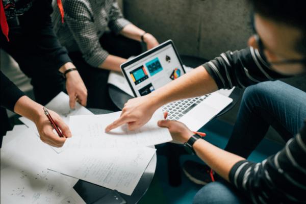 Meerdere mensen die efficiënt werken als team