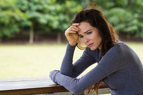Vrouw die het moeilijk heeft