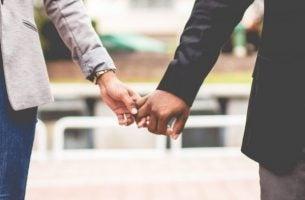 Twee verschillende mensen die elkaars handen vasthouden en geen last hebben van xenofobie