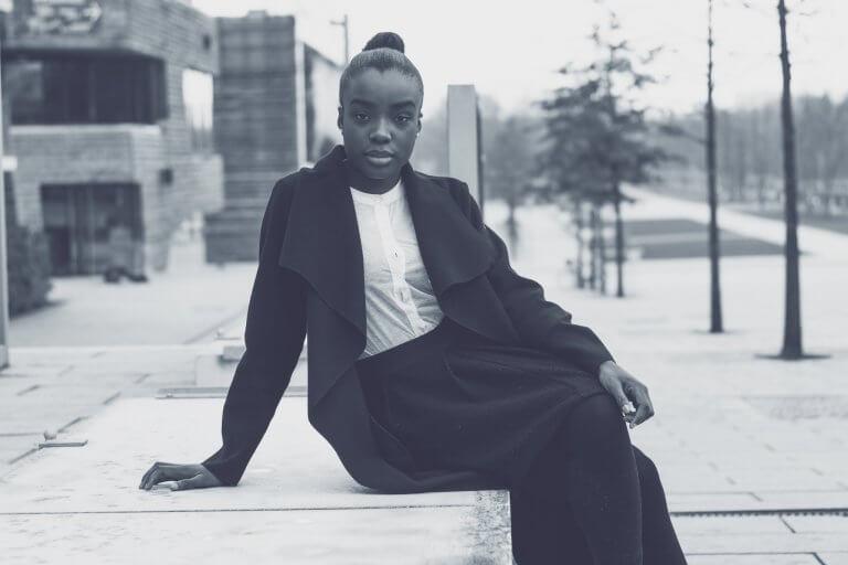 Foto van een donkere vrouw, om xenofobie te overstijgen