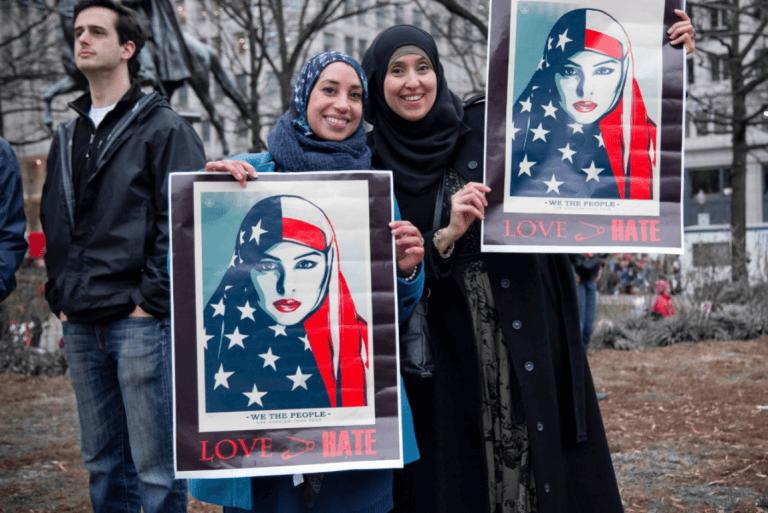 Twee moslima's die strijden tegen xenofobie