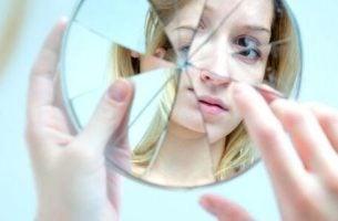 Een gebarsten spiegel omdat het meisje dat erin kijkt te zelfkritisch is