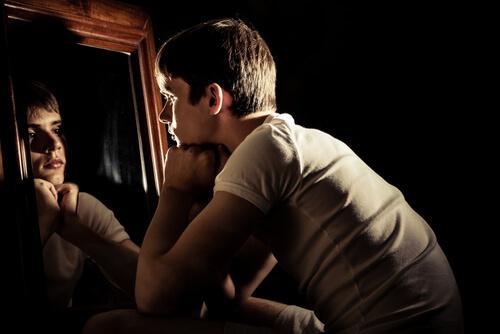 Jongen die in de spiegel kijkt, want het zelfvertrouwen van tieners is belangrijk