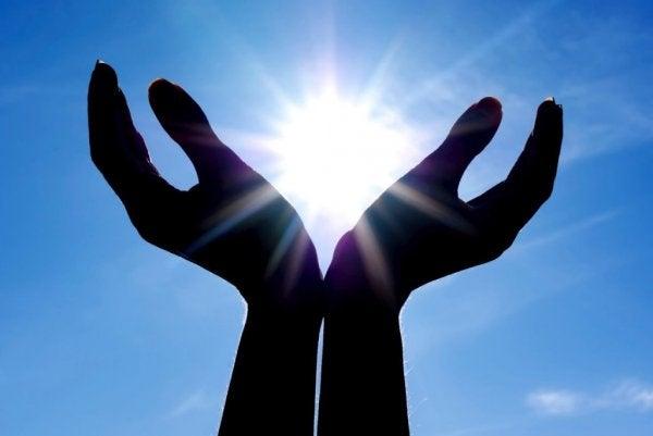 Handen omhelzen de zon