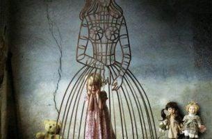Meisje in een kooi