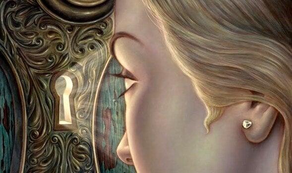 Meisje kijkt door een sleutelgat
