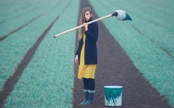 Meisje met verf in een veld