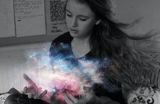 Meisje met een heelal in haar handen