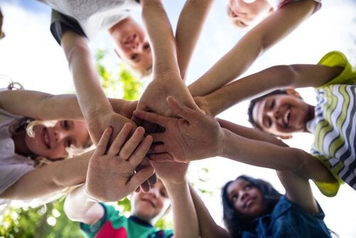 Kinderen die allemaal hetzelfde doel hebben, als verwijzing naar het Robber's cave experiment