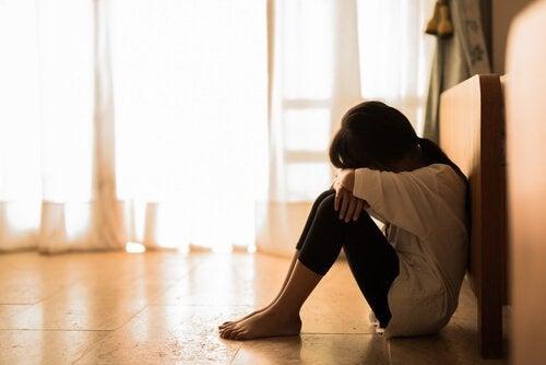 Meisje dat zichzelf afsluit voor de wereld, net als de hikikomori