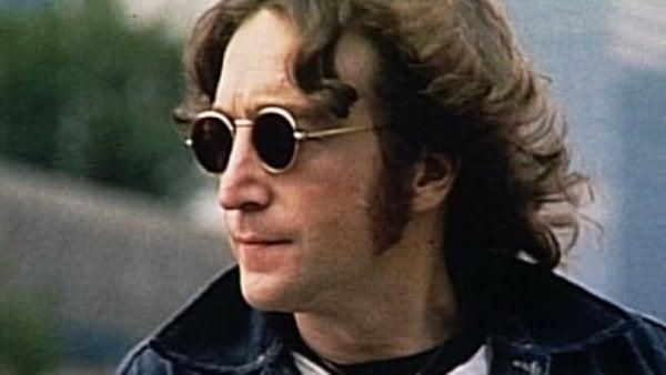 John Lennon draagt een donkere bril.