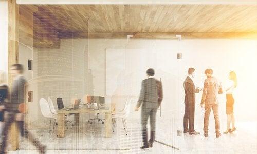 Mensen op het kantoor die zich in tegenstelling tot de hikikomori niet afsluiten van de wereld