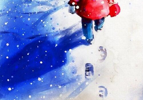 Kindje dat door de sneeuw loopt