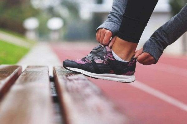 Meisje dat op het punt staat om te gaan rennen, voor haar mentale gemoedstoestand