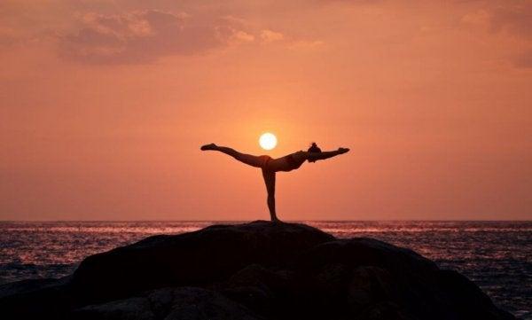 Vrouw die aan yoga doet voor haar mentale gemoedstoestand