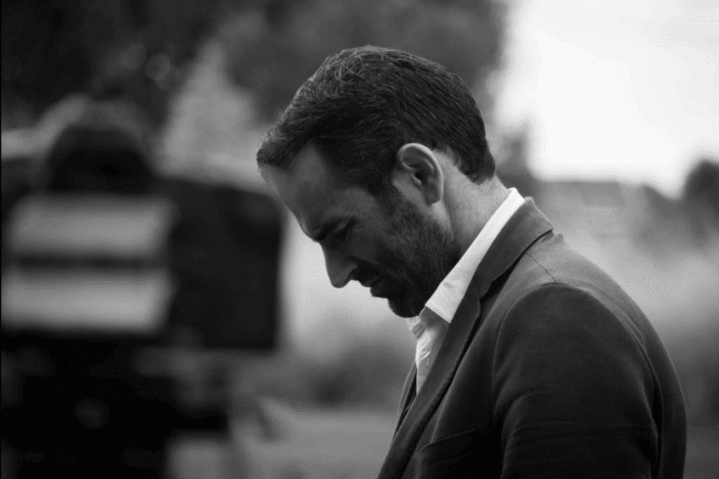 Man voor een camera