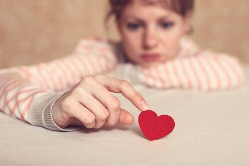 Vrouw speelt met hart