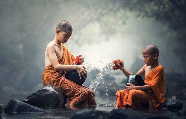 Jonge boeddhistische monniken, want er bestaan allerlei verschillende religies