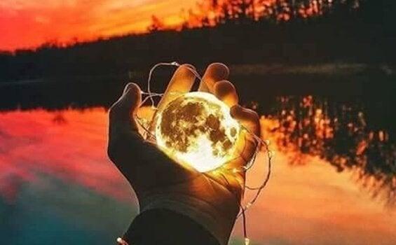 Maan in een hand