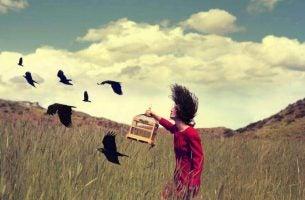 Meisje met vrije vogels