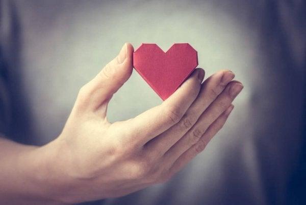 Vrouw houdt hartje in handen: goed voor jezelf zorgen is belangrijk