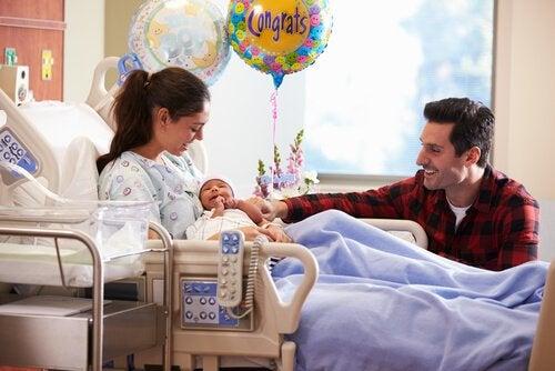 Moeder die net is bevallen van haar eerste kindje en allerlei postnatale emoties ervaart