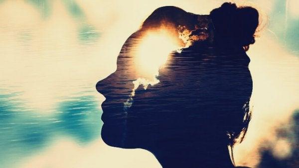 Vrouw met licht in haar geest: magnetische geesten