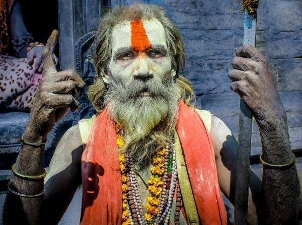 Religieuze man die zijn lichaam heeft versierd, want dat hoort bij verschillende religies