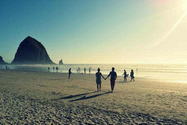 Stel is samen op vakantie en maakt strandwandeling