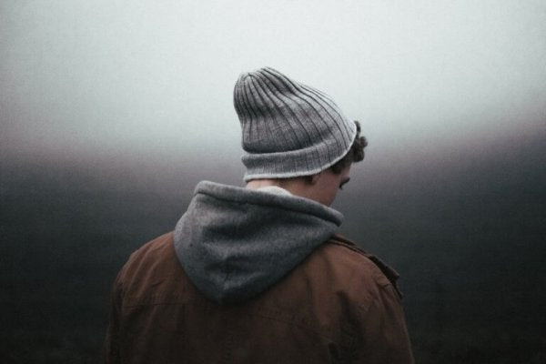 Een teleurgestelde man in de mist.