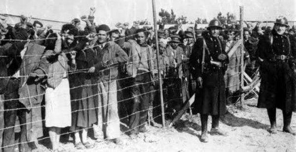 Vluchtelingen die staan te wachten
