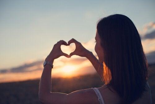 Vrouw houdt van zichzelf: goed voor jezelf zorgen is belangrijk