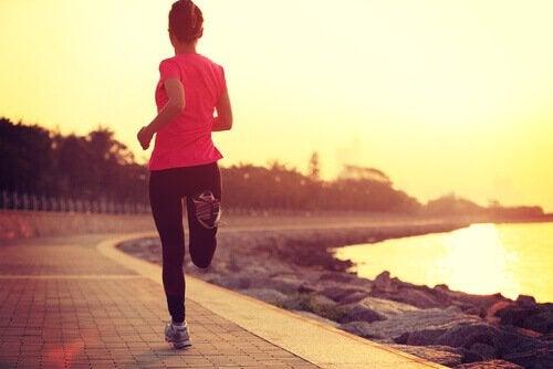 Vrouw aan het hardlopen: goed voor jezelf zorgen is belangrijk
