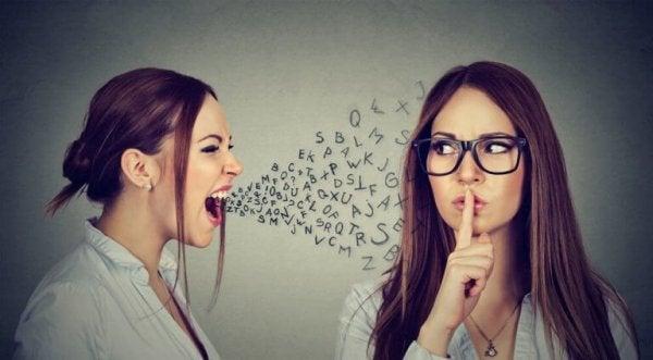 Vrouw schreeuwt: manipulatie via communicatie