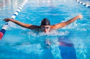 Een man die aan het zwemmen is