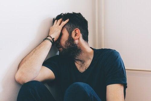 Een man die lijdt onder huiselijk geweld
