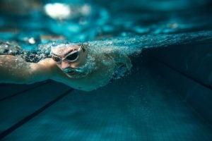 Een man die onderwater zwemt