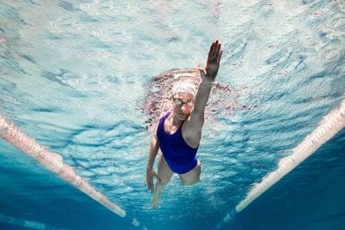 Een vrouw die aan het zwemmen is
