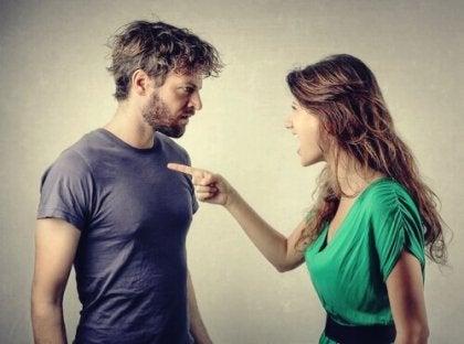 Man en vrouw maken ruzie