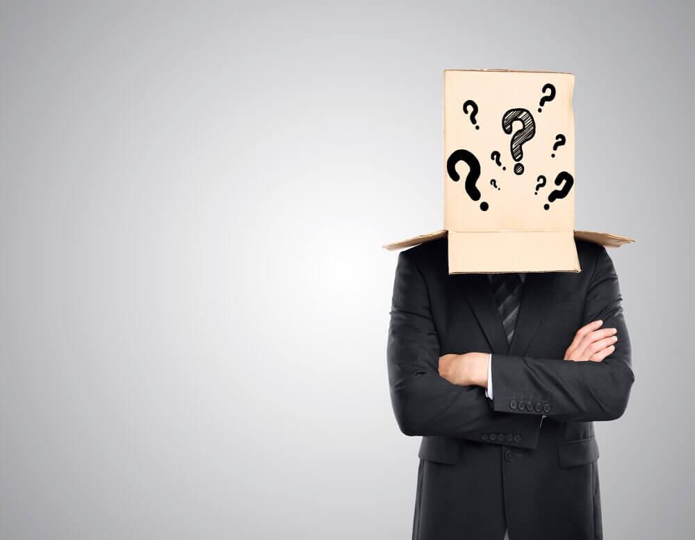Man met een doos op het hoofd